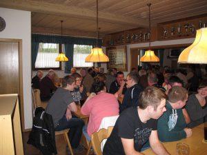 Bis auf den letzten Platz gefüllt war der Wirtschaftsraum im Schützenheim von Germania Großalbershof bei der Siegerehrung