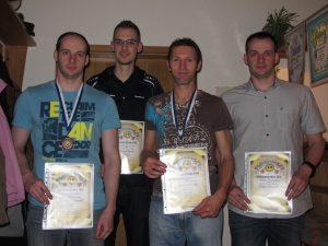 Den Sieg mit dem Luftgewehr in der Schützenklasse holte sich Manfred Schmidt (2. von rechts)