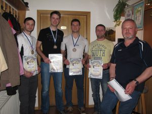 Ringgleichheit herrschte auch bei den Luftpistolenschützen. Hier gewann letztlich Stefan Seidel vor Andreas Schunk (von links)