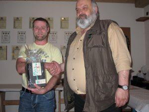 Bei der Überraschungsverlosung gewann Robert Feiler einen edlen, wertvollen Tropfen - gestiftet von stellv. Gausportleiter Gerald Helgert